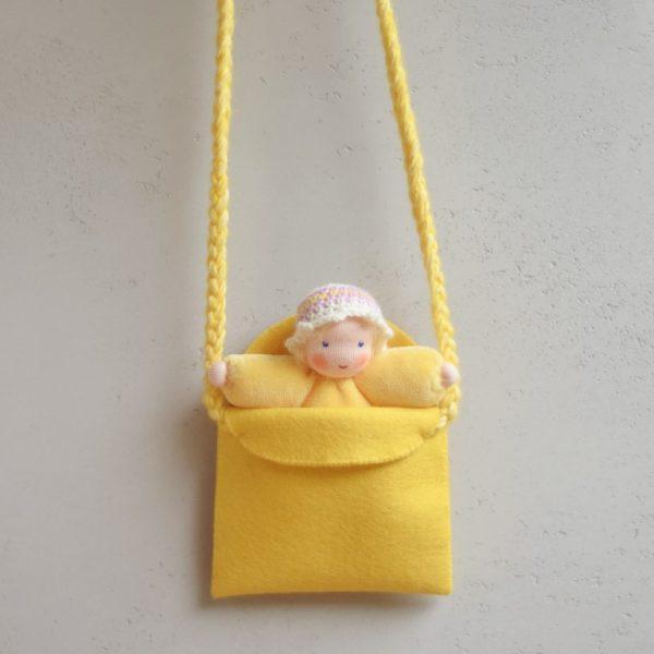 Set borsetta e bambola Waldorf gialla Ambro-dolls