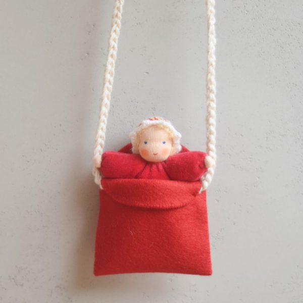 Set borsetta e bambola Waldorf rossa Ambro-dolls